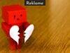 Trist figur holder knust hjerte